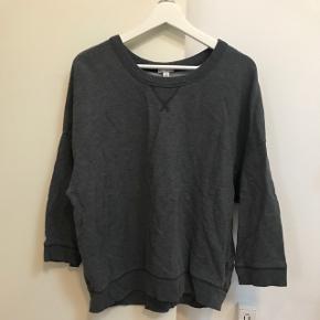 Grå GAP sweatshirt med 3/4 lange ærmer.