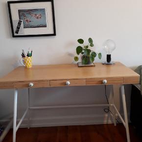 Fin skrivebord i god stand. Ingen mærker eller lign. Købt i IKEA, men grebene har jeg selv skiftet til disse lysegrønne keramik knopper.
