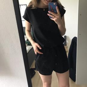 Sød sort buksedragt fra Mads Nørgaard