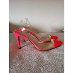 Skoene er stadig i super flot stand, og fejler intet! Bytter ikke. Super smukke Christian louboutin stiletter, heels.   Str 37.