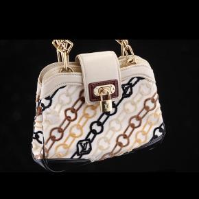 Varetype: Håndtaske Størrelse: H20 cm x L23 cm x D7 cm Farve: Creme Oprindelig købspris: 12500 kr. Kvittering haves. Prisen angivet er inklusiv forsendelse.  Her sælges en limited edition Velvet Chains model Mini Linda. Den er udført i canvas med mærker af velour. Topen er med cremefarvet læder, og bunden i sort læder, og hank af henholdsvis brunt laklæder og naturlig læder.  Smarte detaljer med lukning af gyldent hardware og LV monogram i kæden.  Tasken indeholder 2 indvendige rum samt en stiklomme.  En lille fin gå i byen taske, købt hos LV i Kbh i 2006, men har kun få brugsspor.  Der medfølger kun kvittering og intet andet.    Bytter ikke...