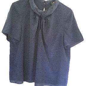 Rena Lange silke bluse str. 44, brugt få gange, er som ny. Længde 66 cm. Skulderbredde 44 cm.