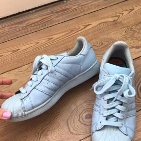 Babyblå Adidas Pharrell Williams sneakers i str. 42 / 26 cm. De er brugte, men i pæn stand. Byd gerne!