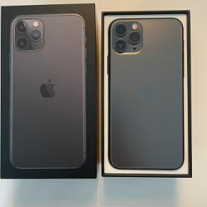 iPhone 11 Pro i Space Gray 64 GB sælges. Der medfølger købsbevis fra CBB, telefonen er købt 30 september 2019. Telefonen har fra første dag været i fuld cover og med panserglas, så telefonen fremstår uden ridser.  Opladeren er 18V med USB C og ubrugt. Derudover medfølger original æske samt et nyt ubrugt panserglas. Batteriet har fortsat en kapacitet på 96%, fungerer upåklageligt. Telefonen er gendannet og klar til brug.  Realistiske bud modtages. Hvis man har spørgsmål er man meget velkommen til at skrive.  Telefonen med tilbehør kan sendes for betaling af køber (sender kun i Danmark) eller den kan ses og afhentes i Valby efter aftale.