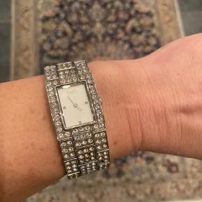 Uret mangler batteri, mangler en del sten (især bagpå) og der er et par ridser i glasset. Derfor den lave pris! Men det er stadig flot ❤️