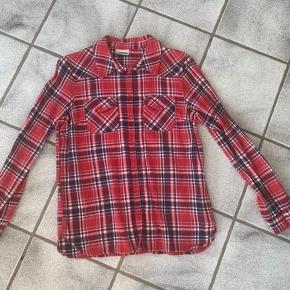 Rød skovmandsskjorte i bomuld. Brugt få gange.