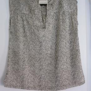 Bluse i et let materiale som ikke krøller! Den måler fra ærmegab til ærmegab 2 x 53 cm!
