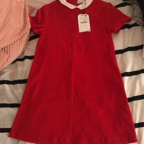 Sælger denne røde Zara kjole som aldrig er blevet brugt, str er 10 år, mp er 80kr.