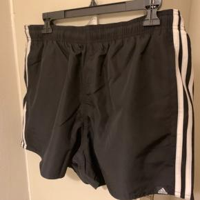 Sorte shorts / swim / sports shorts i str L med side lommer og bindebånd i taljekant Shortsbukseben knap 33 cm i bredden Sælges for 150 plus Porto ifm forsendelse.
