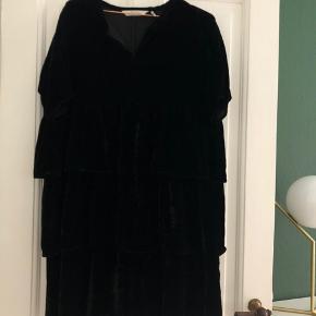 Fineste velour kjole med flæser (lidt svær at tage billeder af)