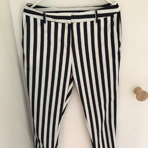 Lækre elegante  bukser fra Selected Femme. Hvid/mørkeblå stribet. kun brugt 1 gang da de er lidt for store til mig.