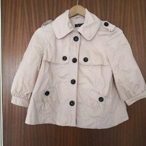 Trenchcoat lignende jakke i str. 10. Lommen foran. Lukkes via knapper foran. Rosa farvet.  ▪️Sender gerne/køber betaler porto ▪️Returnerer ikke ▪️Kan forekomme dyrehår