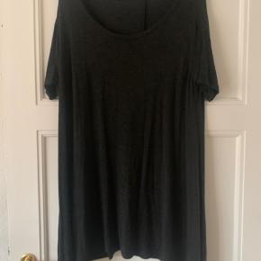 Mørkegrå t-shirt kjole fra Brandy Melville i super blødt stof   🌿 Sender med DAO 🌿 Kan afhentes i Odense C 🌿 Bytter ikke