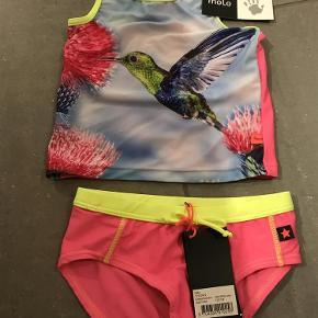 Varetype: Ny bikini Størrelse: 110-116 Farve: Kolibri Oprindelig købspris: 480 kr.  Ny med mærke  Bytter ikke  Sender med dao  Mp 200pp via MobilePay ellers ts gebyr