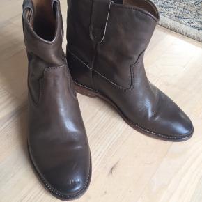 Lækre Isabel Marant støvler med indvendig kilehæl. Glat cognacfarvet læder.