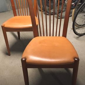 Snedkerhåndværk. 6 spisebordstole i kirsebærtræ med sæde af okselæder. Sælges samlet 1.200kr Er i meget fin stand.