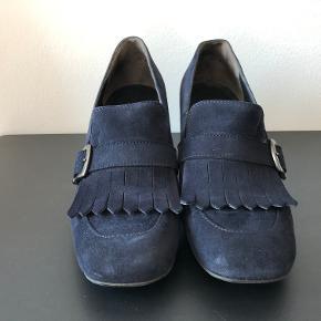 Oprindelig købspris: 1299 kr. Kun brugt få gange. Skoene er mørke blå.  Sendes med den billigste fragt muligt (uden omdeling) med mindre andet er aftalt. Sælger kun og bytter derfor ikke med købers varer, da jeg skal have ryddet ud:-) Fra hjem uden røg og husdyr.
