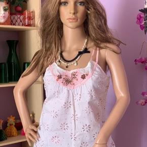 Sød top m/ hul bloms mønster stof og lyserød foer indenunder  og perler foran.  Str: M/L Mærke : Good look 100% cotton