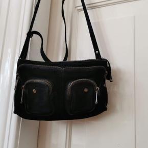 Tasken er fra sidste år. Brugt 3-4 gange, så den er i fin stand. Den er i modellen NUNOO STINE  Den er i sort ruskind med sort lynlås. Skriv PB for flere billeder af tasken Køber betal for fragt