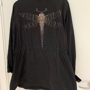 Sort zhenzi jakke med nitte mønster bagpå. Kun brugt ro gange, er for stor til mig. Sender med DAO.