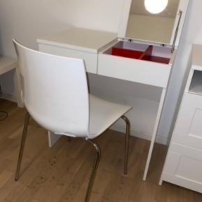 """Praktisk og flot """"sminke bord"""" fra Ikea! Inkl opbevaring og evt stol hvis man vil have den med. Er ca 5 år gammelt, men holdt virkelig flot! Lidt alm brugsspor inkl plet på sminkebordet (se billede 3, kan sende nærmere billede hvis ønskes) Byd gerne :)"""