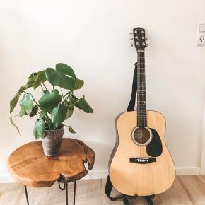 🎸 Guitar + Stand / Guitar + Stativ 🎸   Selling this guitar and stand for 390 kr.  Has a few minor scratches, but works perfectly. Metal strings. Great for beginner and hobbyists.  Pickup: København K