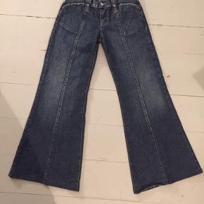 De her bukser er så mega fede, men jeg kommer aldrig nogensinde til at kunne passe dem:-(((  Så de må videre! Virkelig smukt cut, og fede detaljer på fronten🖤