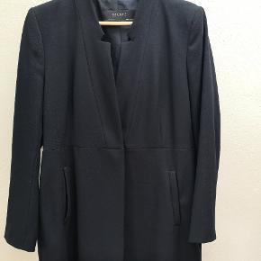 Fin jakke i blazer look fra Zara. Knappes med en enkelt tryklås. Kun brugt få gange, så fremstår derfor stort set som ny. Aldrig vasket. Har blot været luftet.