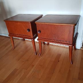 2 velholdte sengeborde fra 1960'erne. Bordene er i teak, er stabile og har lige fået en god møbelolie, så de er lige til at stille op derhjemme.  Målene er: højde 55 cm, bredde 49,5 cm, dybde 35 cm.  PRISEN ER FOR BEGGE BORDE!!    #sengehylde#natbord#seng#soveværelse#dobbeltseng#retro#vintage#sengebord#
