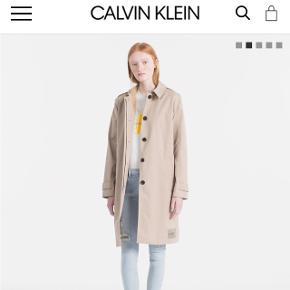 Calvin Clein trenchcoat. Købt i maj 20-8. Nypris 1800. Bytter ikke. Fremstår som ny:)
