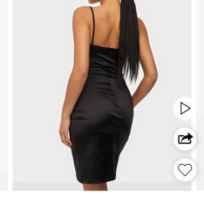 Super fin kjole fra Nelly  Aldrig brugt, stadig med mærke   Tjek mine andre annoncer ud☺️ Jeg sælger en masse forskelligt tøj, sko og tasker.  Der gives mængderabat🌸