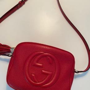 Gucci crossbody i den flotteste røde farve. Standen er god, med meget få brugsspor. Ingen slid i læderet.