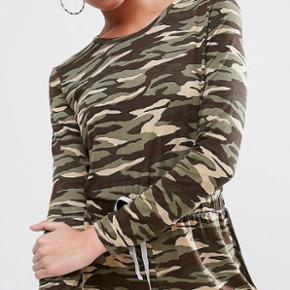 Super fed camouflage buksedragt/shorts fra ASOS i str. 36.  Aldrig brugt, da jeg har 2! Kan hentes efter aftale eller sendes med Dao.  ❣️se også mine andre annoncer❣️