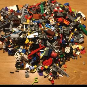Kasse med diverse Legoklodser, figurer, våben, Ninjagospinnere... Byd - sender ikke.