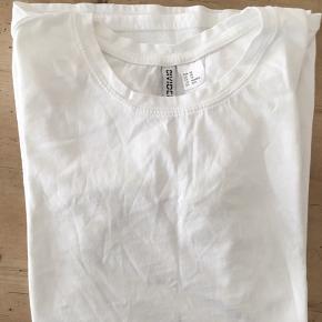 *** sælges samlet ***   4 hvide t-shirts - forskellige størrelser og mærker.   Sælges samlet for 100 kr.