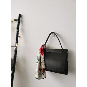 Vintage håndtaske i lækker brun læder og guld detaljer i mellem størrelse.   Pris: 150 kroner. 🌟🌸  (Tørklæde til inspiration)