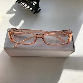 Briller fra Dior med små similisten Kender ikke styrken  Glasset kan eventuelt blive skiftet ud til solbriller i stedet