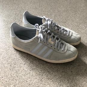 Producent str 7,5 (EU str 41 1/3)  Skoene er lidt små i størrelsen Fejler intet, sælges da jeg ikke får dem brugt