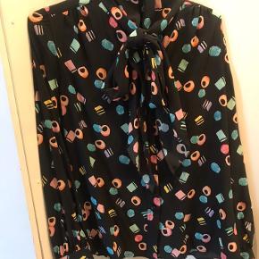 100% silke skjorte med lakridskonfekt.