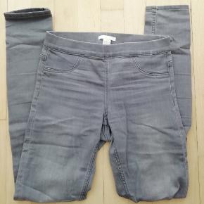 Mærke: H&M  Lysegrå bukser Grå jeans Str. 34
