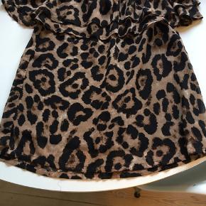 Fin bluse i leopardmønster. Kan også sidde som off shoulder. Sælger også nederdel i samme farve i str s.