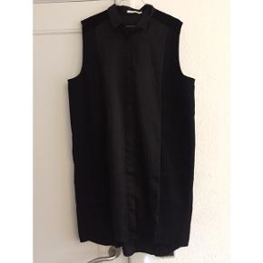 Sort kjole med skjortekrave fra weekday collection. Den er i tre forskellige typer tykt, sort stof, hvilket man forhåbentlig kan se på billederne :)   Sender gerne med DAO :)
