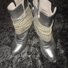 Super fede Ankelstøvler, kun lidt brugt så fremstår rigtig pæne