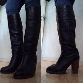 Et par virkelig lækre, sorte ægte læderstøvler med hæl fra H&M. Støvlerne er et par år gamle men aldrig brugt, så der er absolut intet slid/brugsspor. Læderet er super lækkert og blødt og hælen er i en fin brunlig farve med en god højde.  Jeg gav 1.000 kr. for dem.  Hvis de skal sendes, betaler køber fragt.   Hilsen Betina Thy :)