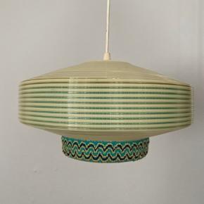 Smuk retro lampe(r) købt på Lauritz.com Der er to skærme, så man kan skifte ud. Der er også mulighed for at lave to lamper, dette står du selv for.   Materiale: Plastik   Den store er 31 i diameter og ca 16 høj  Den runde er 20 høj og ca 25 i diameter