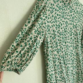 Fin ganni kjole. Kun brugt en gang. Fremstår derfor som ny 🌸