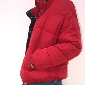 Cool råd vinterjakke fra Zara i en s. Fejler ikke noget udover de pletter der ses på billederne. (Skla siges den ikke er vasket i lang tid, så det kan muligvis komme af Idk). Tjek mine andre annoncer ud!🌸