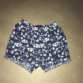 Blomstret sommer shorts i blå fra Vero moda