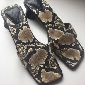 Sonia Snake Print sandaler fra By Far i str. 38. Aldrig brugt, sælges med æske og tilhørende dustbag. Nypris ca. 1900 kr.