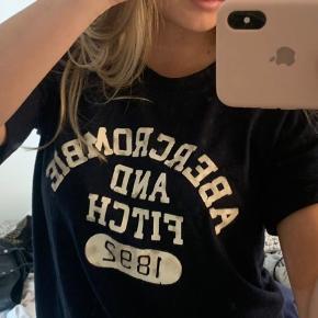 Abercrombie and fitch trøje sælges, ingen tegn på slid. Købt i den originale butik i København  Kom gerne med bud